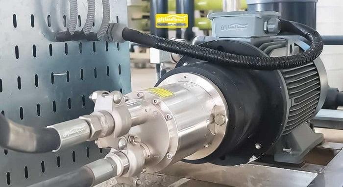 آب شیرین کن دریاییبا نام لاتین seawater Ro system و SWRO دستگاه صنعتی است که آب دریا را تصفیه می کند